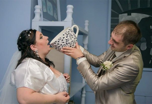 жених поит невесту из чашки
