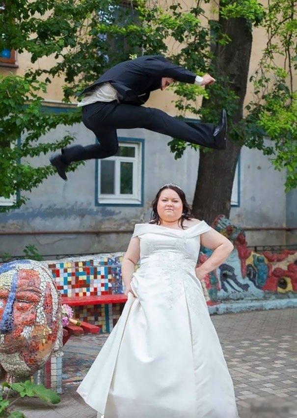 жених перепрыгивает через невесту
