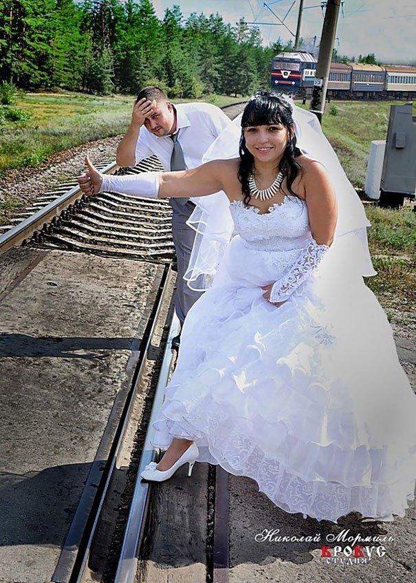 жених и невеста на фоне поезда