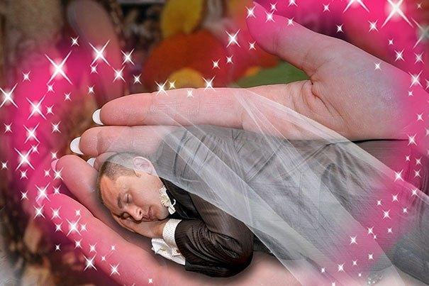 жених спит на ладони у невесты