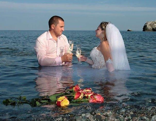жених и невеста сидят в море
