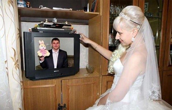 невеста смотрит на телевизор