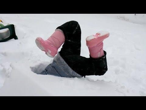 ноги девочки в снегу