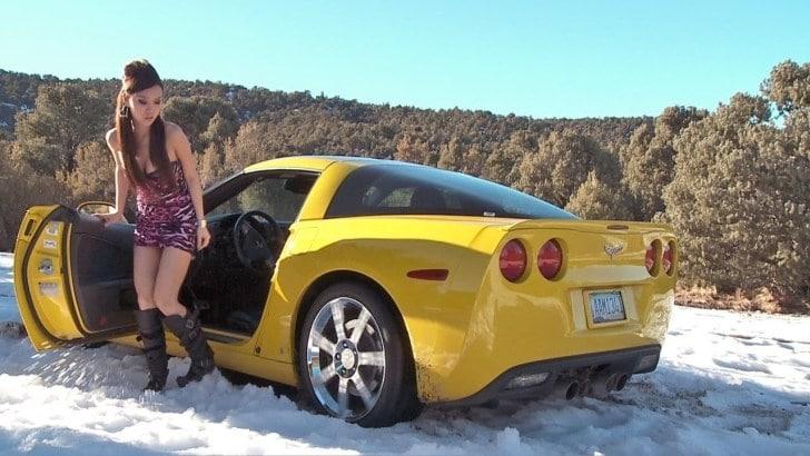девушка рядом с желтым авто