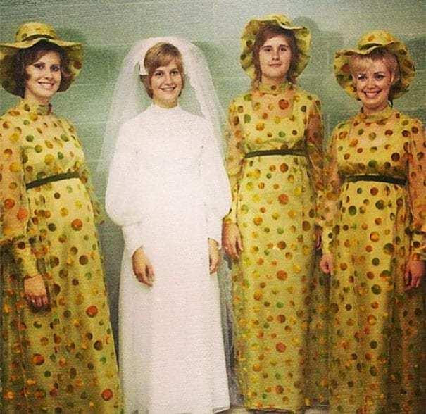невеста и девушки в желтых платьях