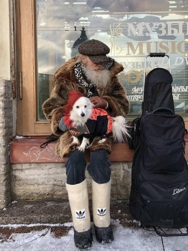 бородатый дед с собакой на руках