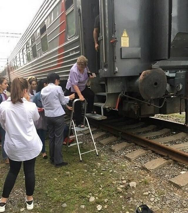 люди садятся в поезд