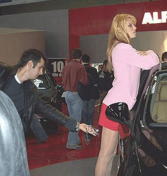 парень фотографирует девушку под юбкой