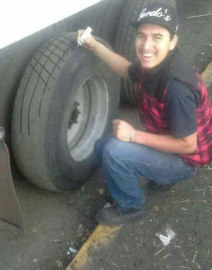парень красит колесо маркером