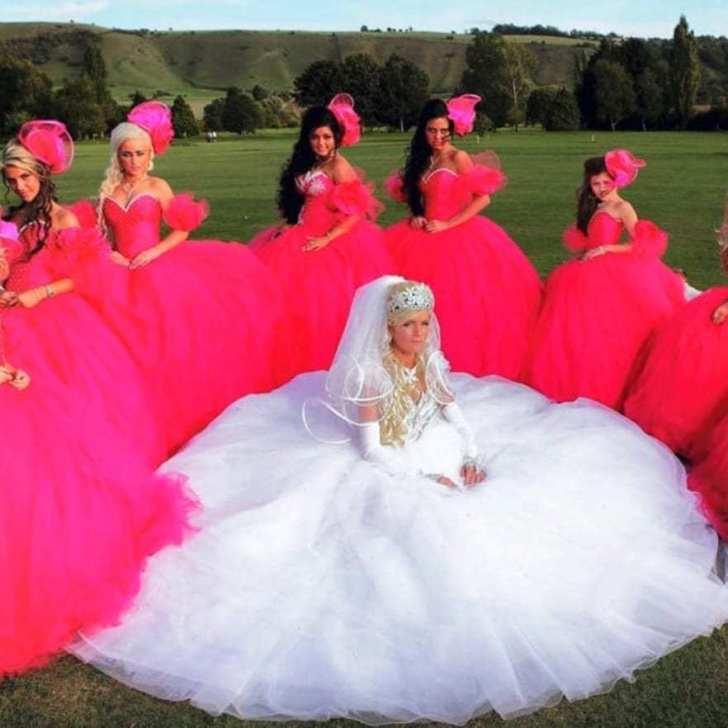 невеста и девушки в алых платьях