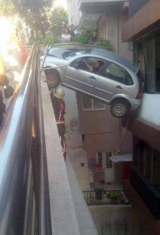 машина висит над пропастью