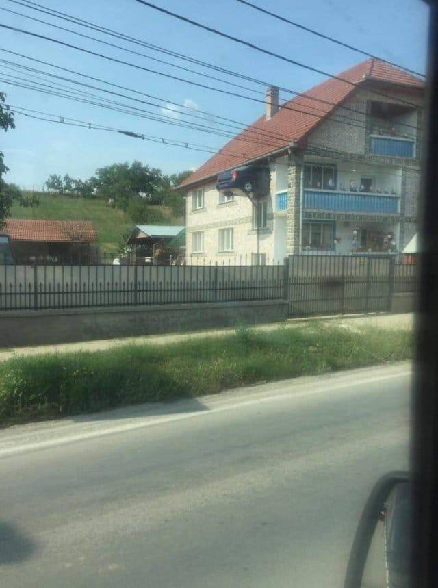 машина торчит из окна дома