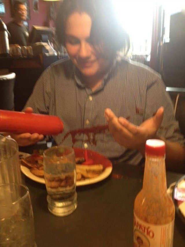 женщина обляпалась кетчупом