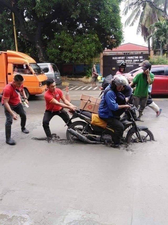 мотоциклист встрял в цемент
