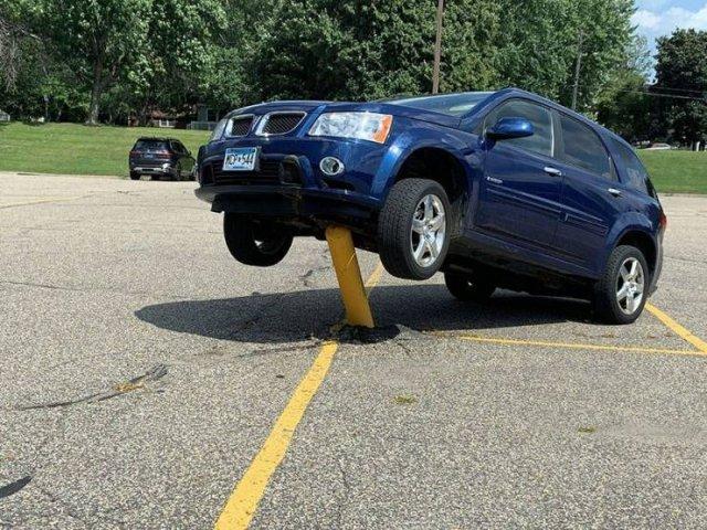 машина на парковке