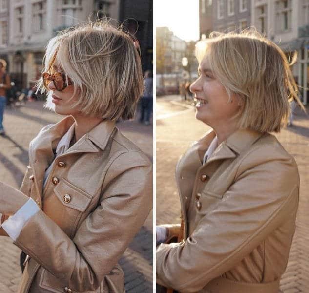 блондинка стоит в профиль