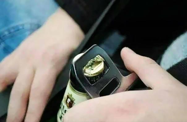 парень открывает бутылку пива