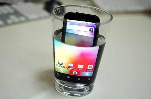 телефон в стакане с водой