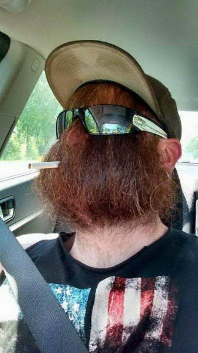 мужчина с сигаретой в машине