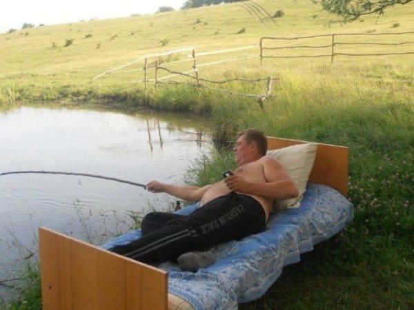 мужчина рыбачит в кровати