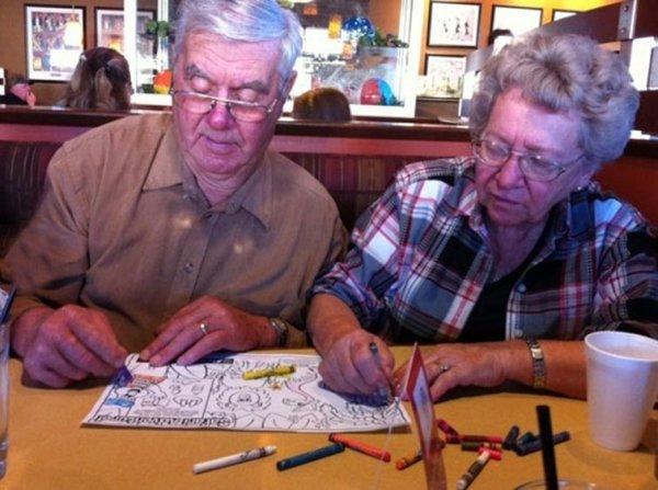женщина и мужчина рисуют