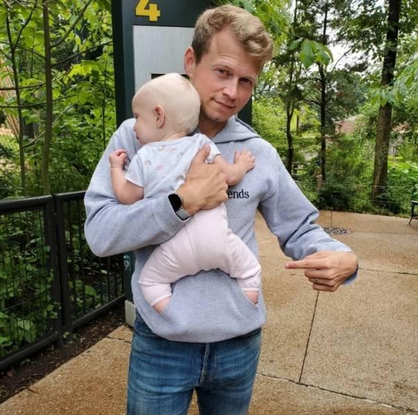 ребенок у папы на руках