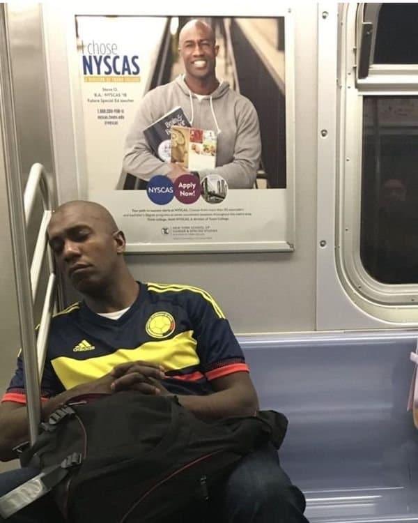 мужчина и плакат