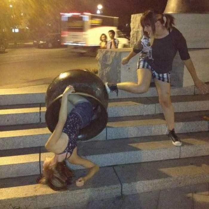 девушки на ступеньках