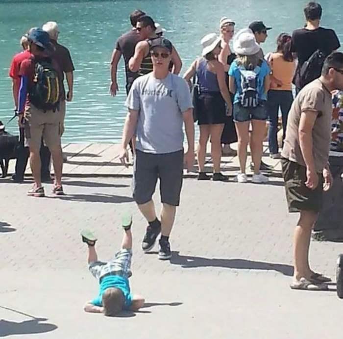 ребенок упал на асфальт