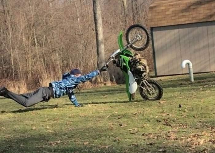 парень падает с мотоцикла