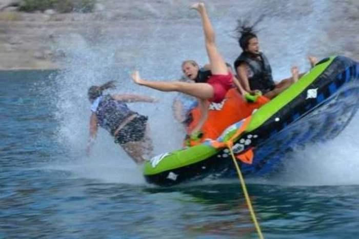 люди падают с лодки в воду