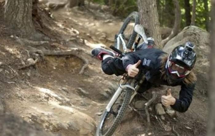 велосипедист падает