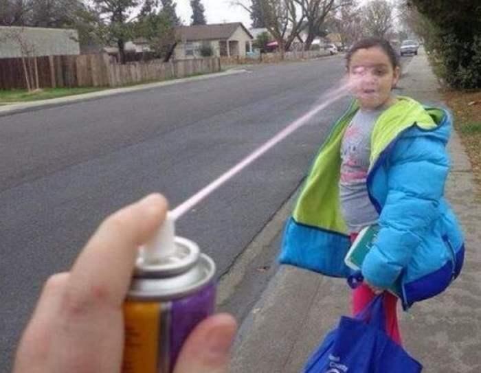девочке брызгают в лицо из баллончика