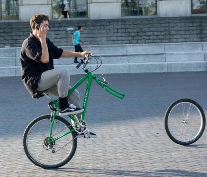 парень на велосипеде без колеса