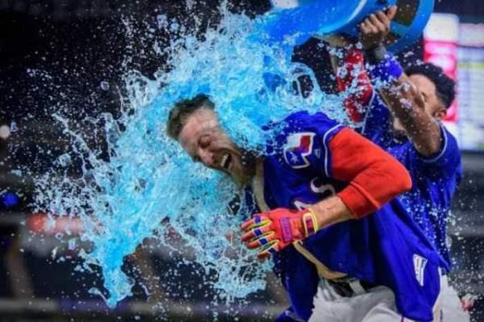 мужчину обливают водой из ведра