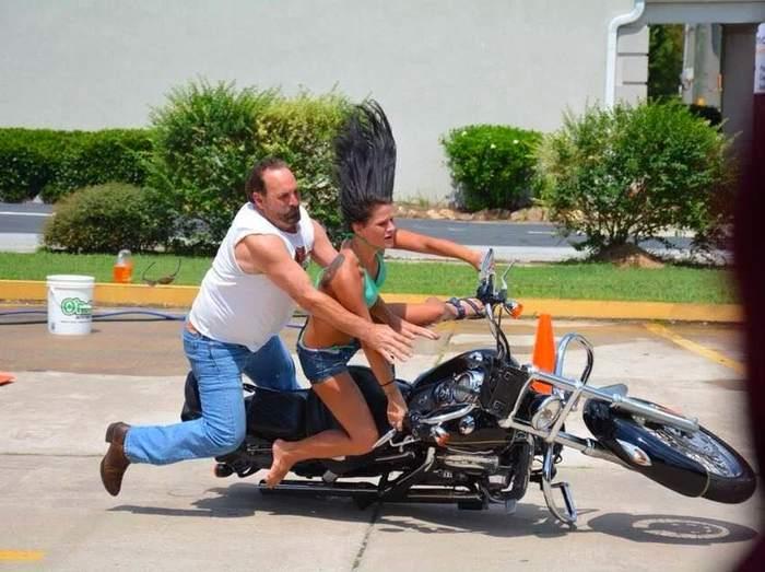 мужчина с девушкой падают с мотоцикла