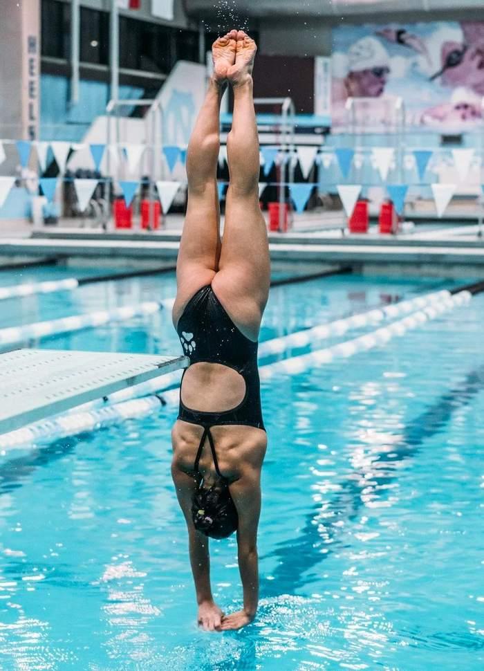 пловчиха прыгает в бассейн