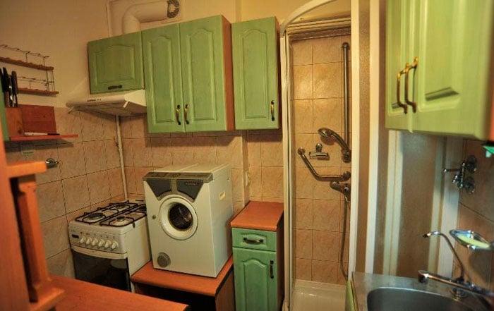 кухня с душевой кабиной