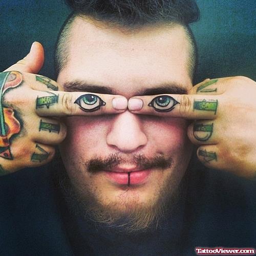 парень с тату глаз на пальцах