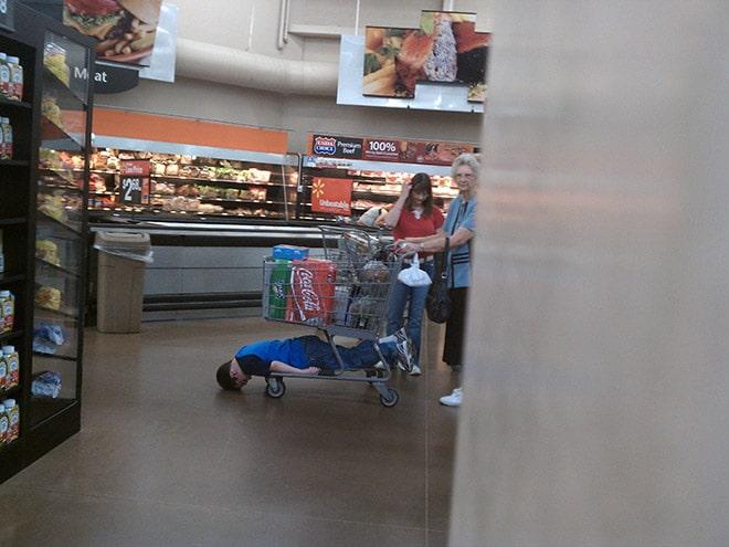 люди в магазине