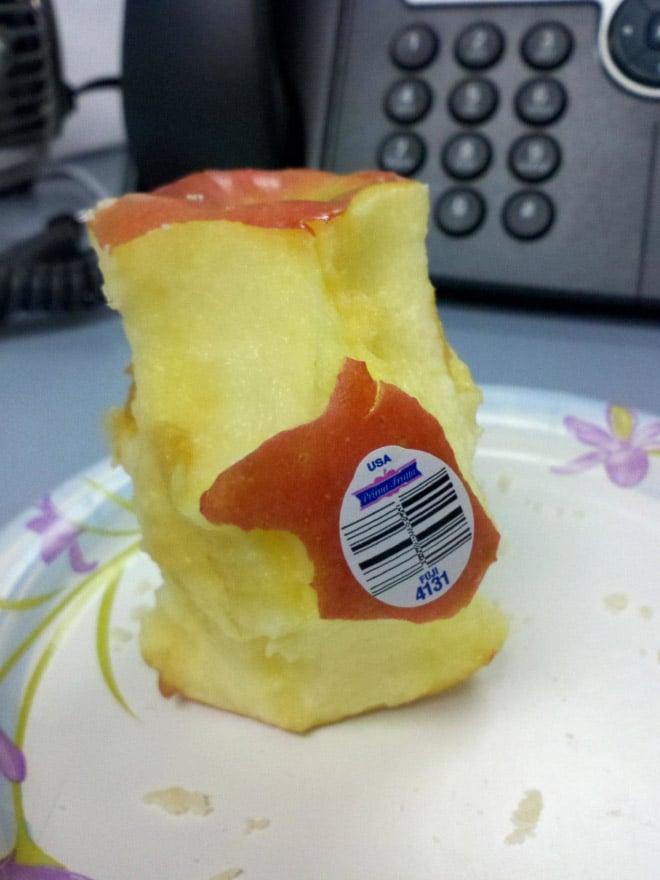 погрызанное яблоко