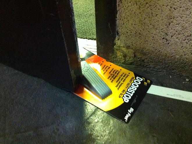 подставка под дверь