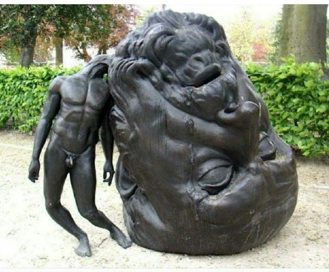 памятник с большой головой