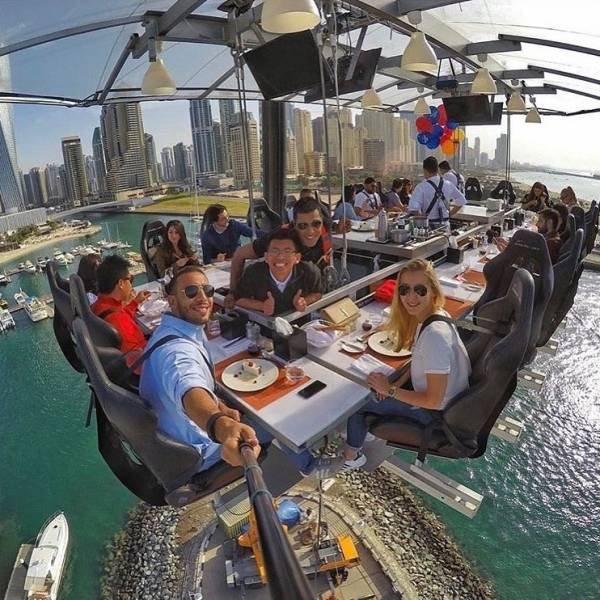люди в подвесном ресторане