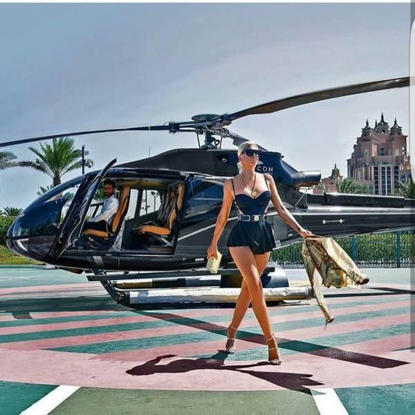 девушка идет рядом с вертолетом