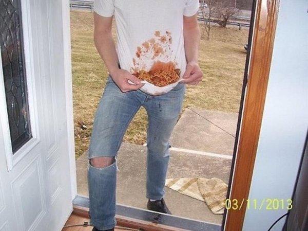парень стоит на пороге со спагетти на футболке