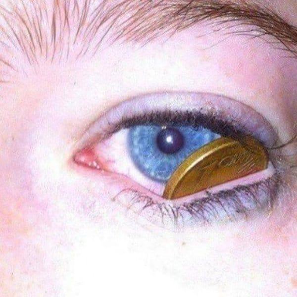 монета в глазу девушки