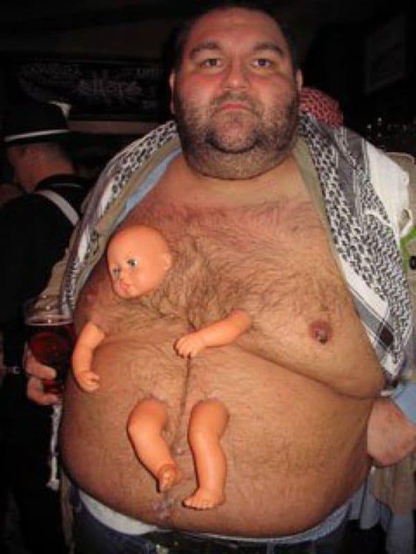 мужчина с куклой на груди
