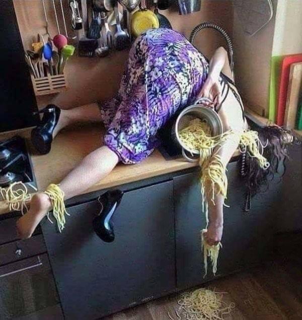 женщина с кастрюлей спагетти