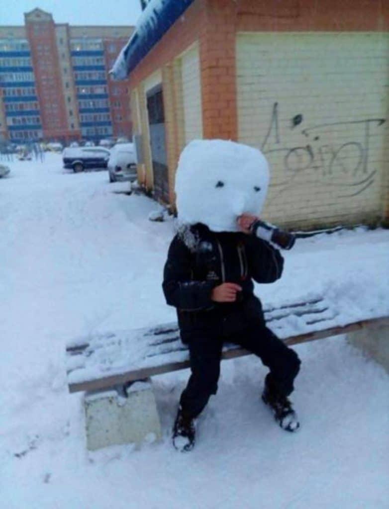парень с головой из снега